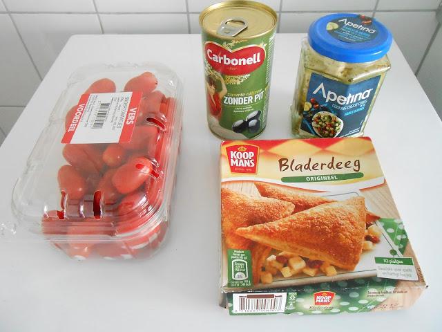 Bladerdeeghapjes met feta, olijven en tomaat