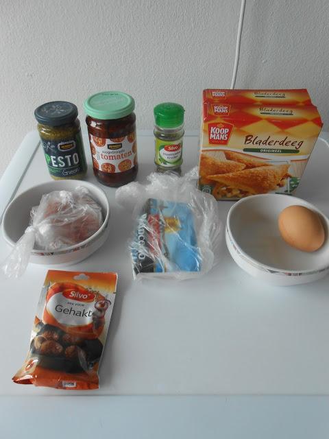 Bladerdeeghapjes met gehak, feta, pesto en zongedroogde tomaten