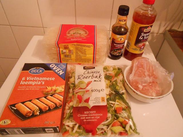 Mihoen met kip, groenten en loempia's