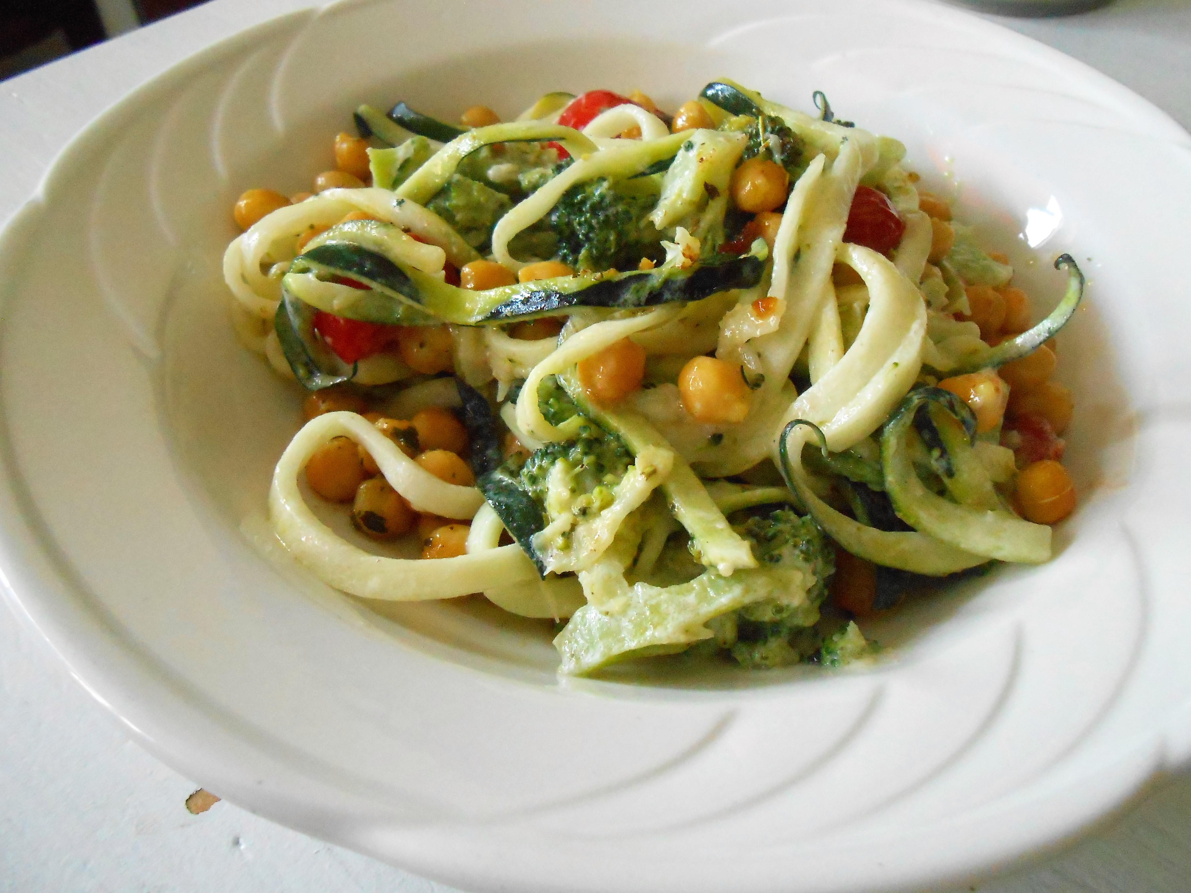 Courgette spaghetti met kikkererwten