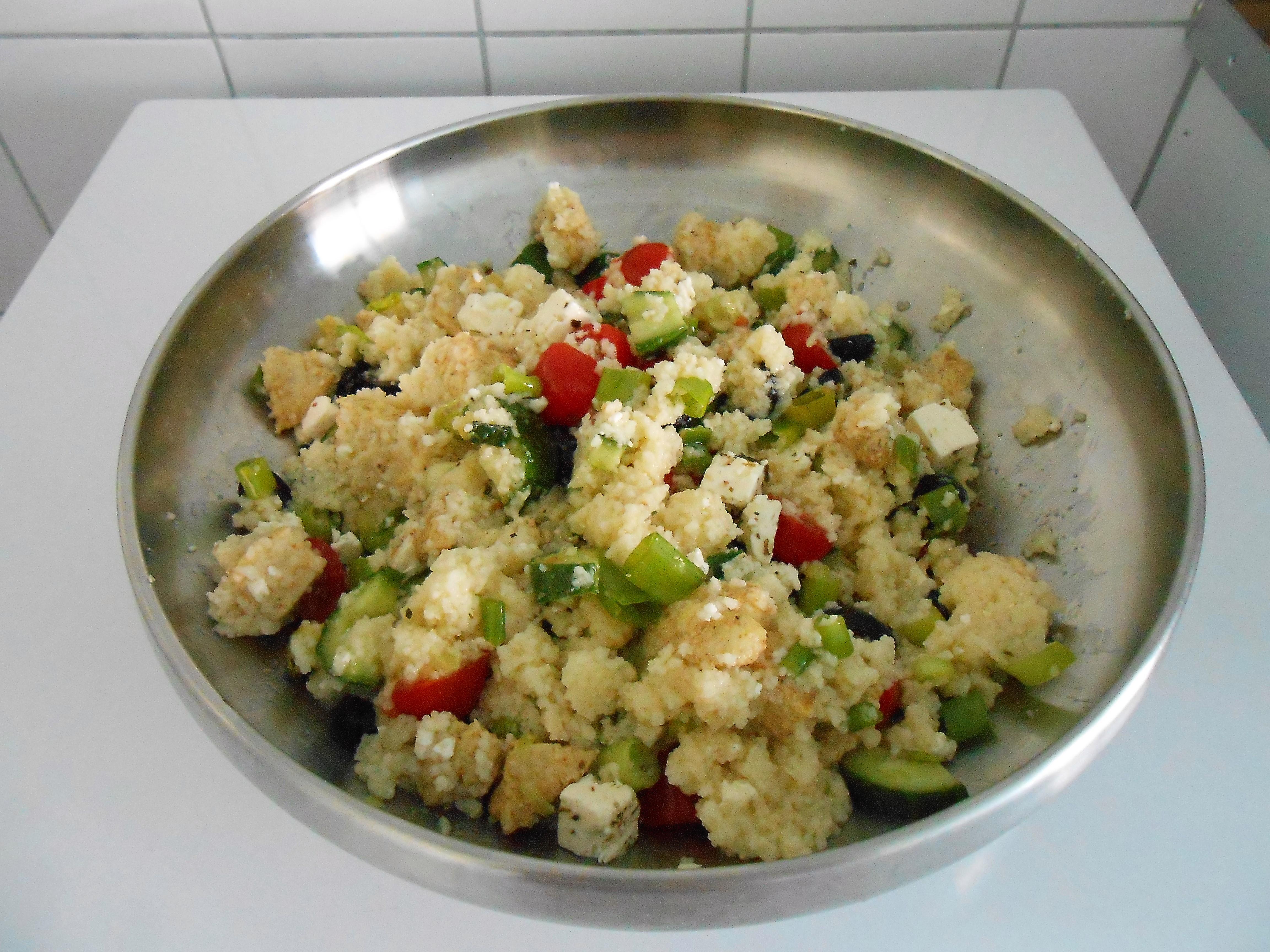 Couscous met lente ui, olijven, tomaat en komkommer