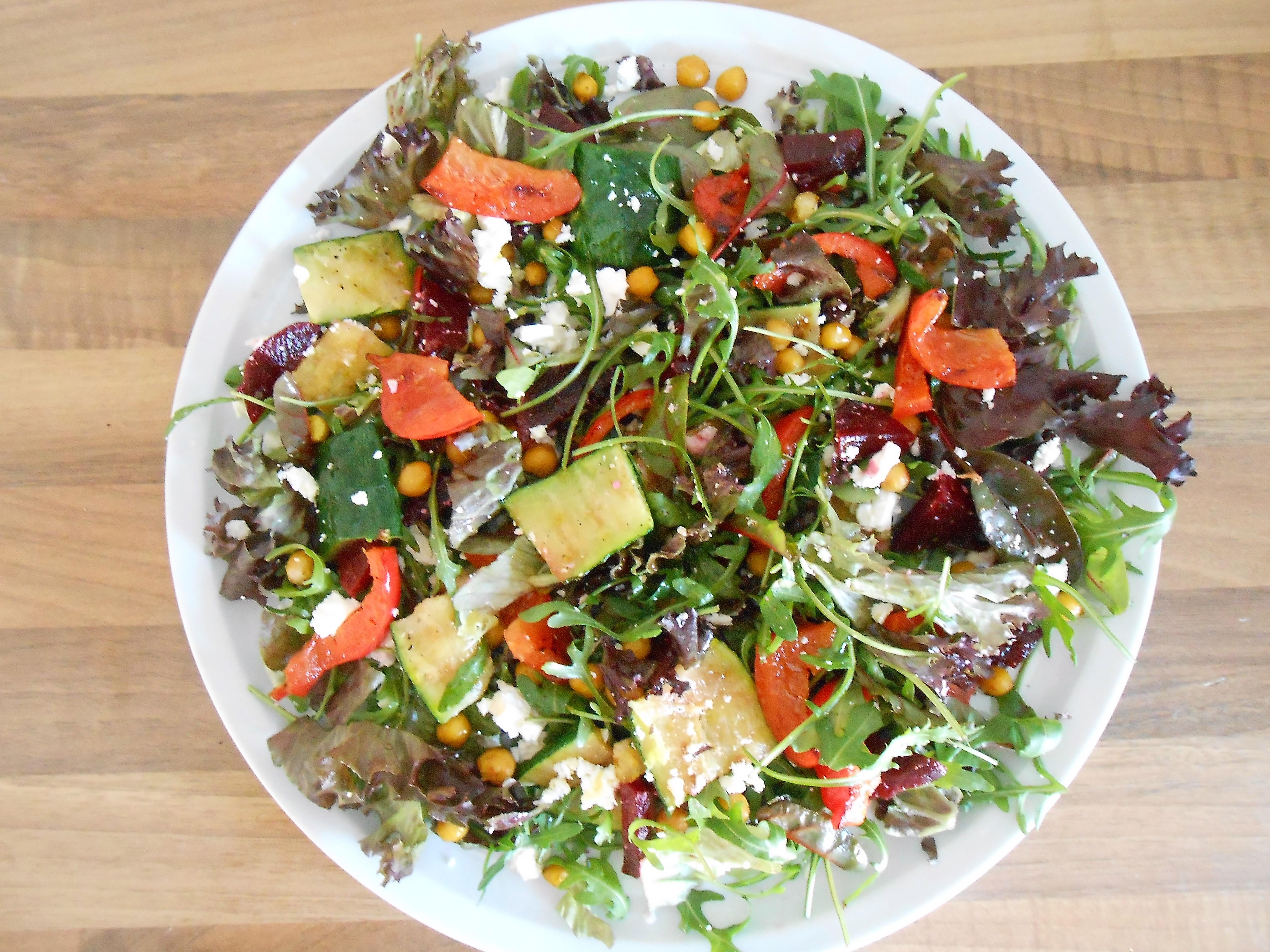 Salade met kikkererwten en gegrilde groenten